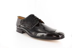 Zapatos de caballero de vestir charol negro con cordones.