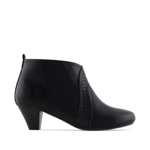 Booties in Black faux Leather