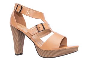 T-bar sandále na podpatku s prošíváním. Camel.