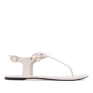 Valkoiset T-remmi sandaalit.