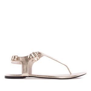 Kultaiset T-remmi sandaalit.