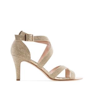 Hohtavat kultaiset sandaalit.