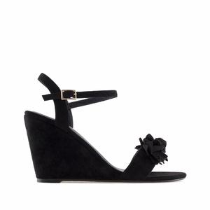 Celosemišové páskové sandále na klínu, ozdobné květy. Černé.