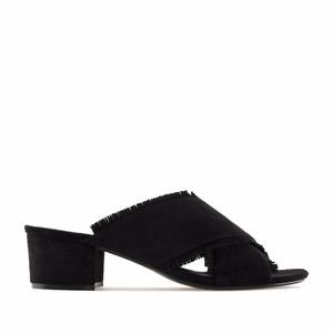 Mustat hapsutetut sandaalit.