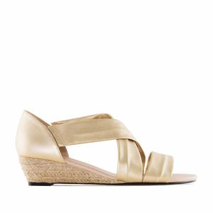 Kultaiset kiilakorko sandaalit.