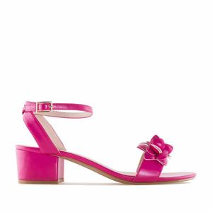 Páskové sandále na podpatku, ozdobné květy. Fialová fuchsie.