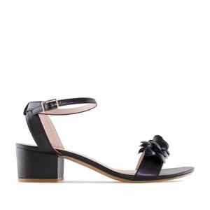 Páskové sandále na podpatku, ozdobné květy. Černé.