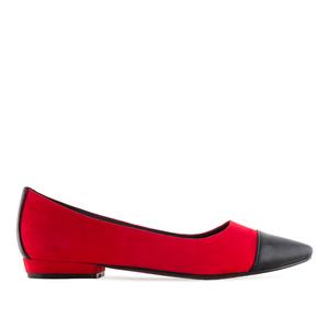 Semišové baleríny s úzkou špičkou. Kombinace červená a černá.