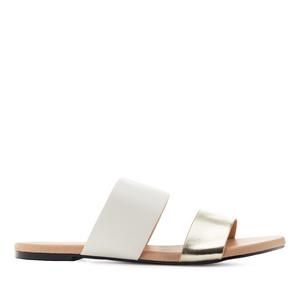 Kulta/valkoiset sandaalit.