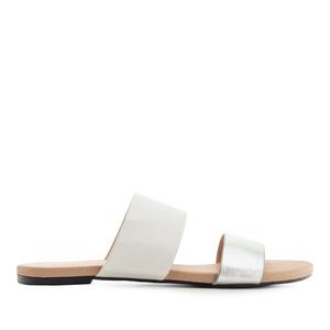 Valkoiset/hopea sandaalit.