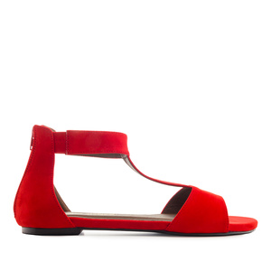 Punaiset sandaalit.