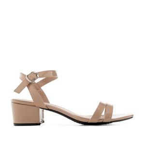 Beige lakeeri sandaletti