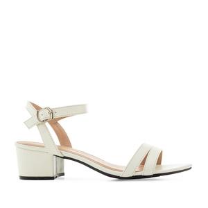Valkoinen lakeeri sandaletti