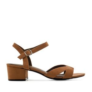 Ruskea nilkkaremmi sandaali.