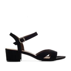 Musta nilkkaremmi sandaali.