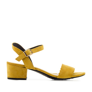 Jednoduché páskové sandálky na podpatku. Žlutý semiš.