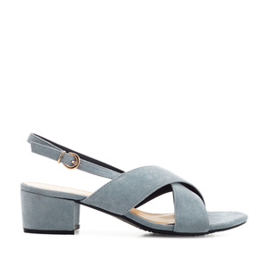 Semišové sandále, křížené široké pásy. Světle modré.