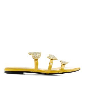 Žluté lesklé sandály. Srdce.