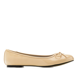 Beige faux-patent leather Ballerinas with bow.