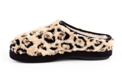 Módní hnědé bačkory- pantofle se vzorem leopard. Materiál hebký plyš.