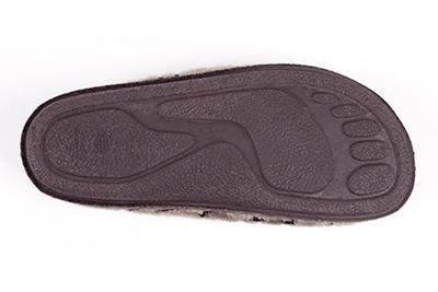 Zapatillas de Pelo Marron y Letras Negras.