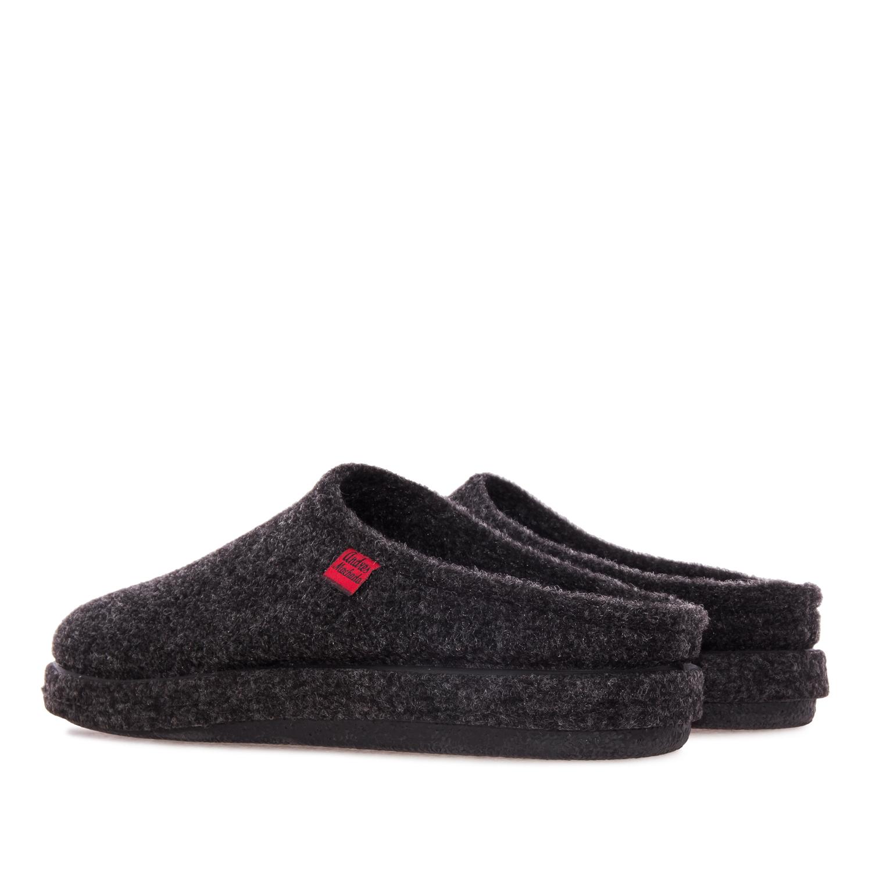 Módní černé bačkory- pantofle. Materiál jemná plsť.