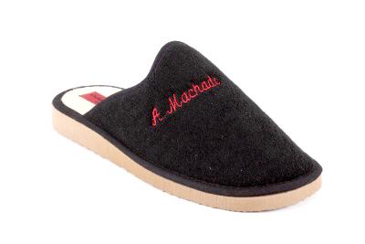 Mustat frotee sisä tai kylpytossut punaisella brodeeratulaa logolla.