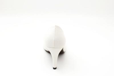 Klasické lodičky se zaoblenou špičkou. Bílé.