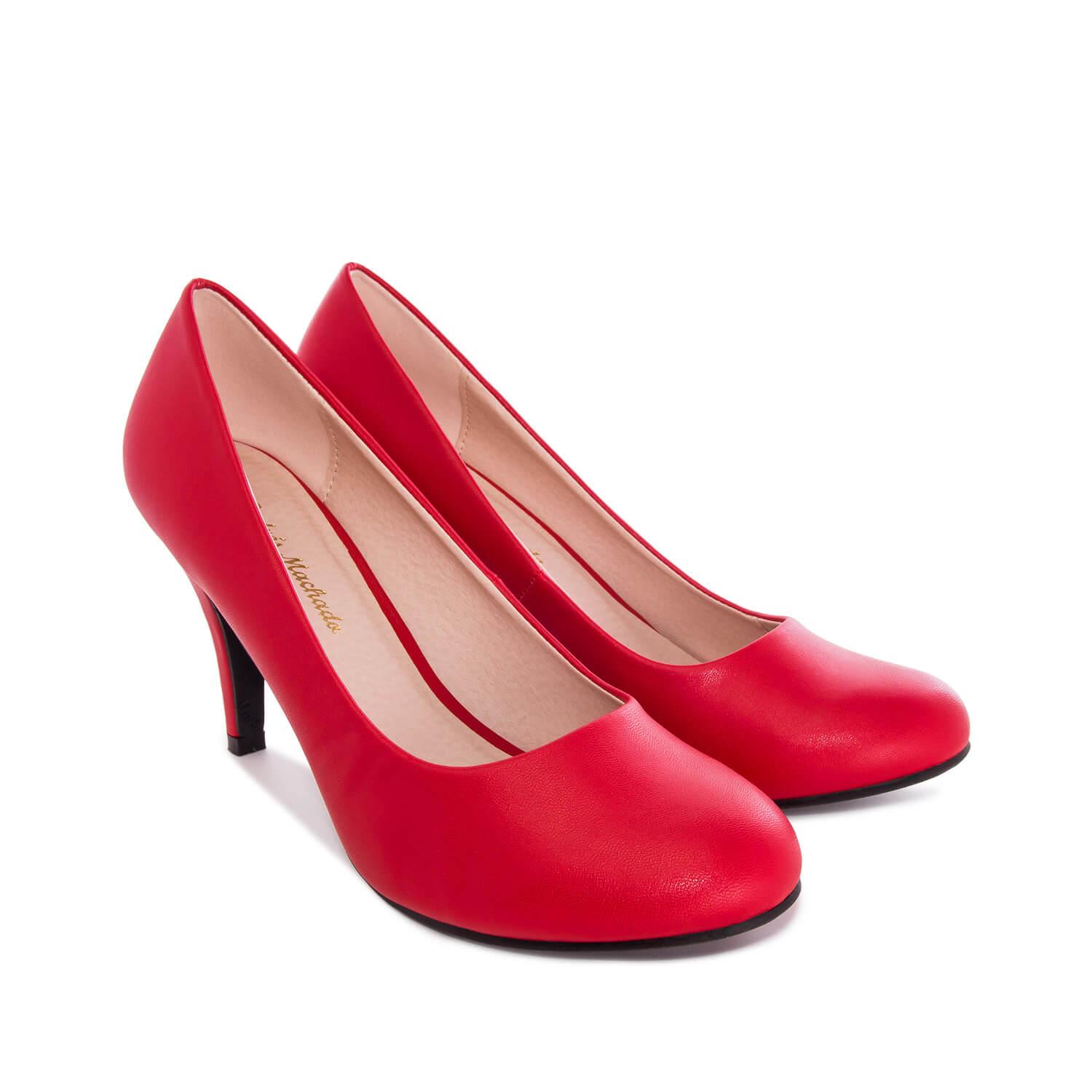 Červené lodičky se zaoblenou špičkou, styl retro.