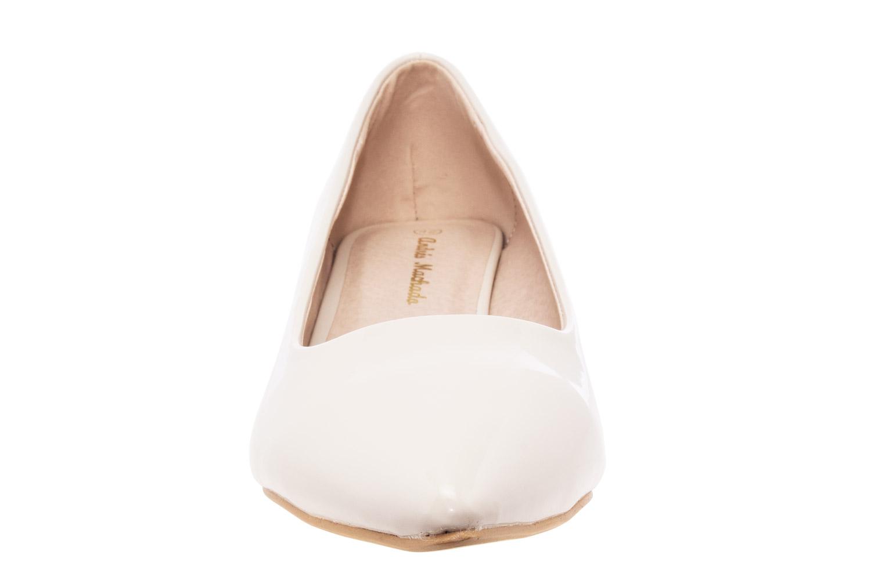 Béžové lesklé lodičky s úzkou špičkou na nízkém podpatku.