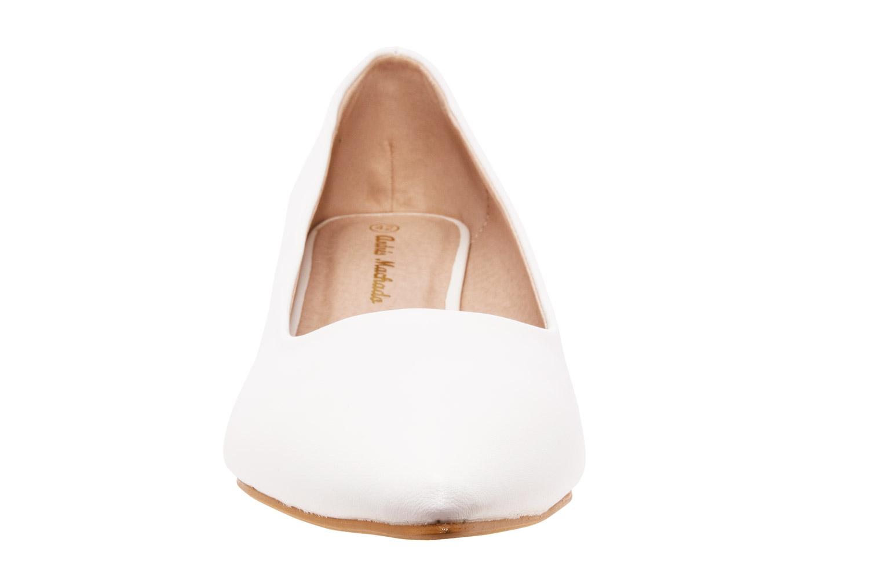 Bílé lodičky s úzkou špičkou na nízkém podpatku.