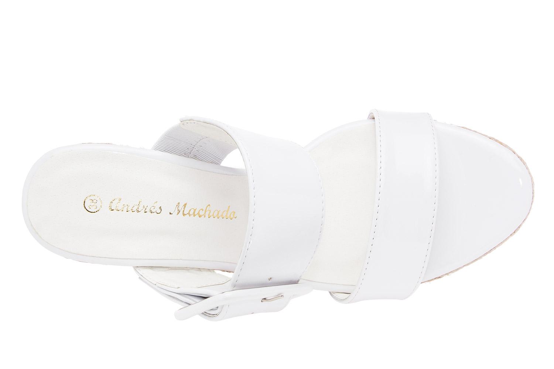 Lesklé sandále na jutovém klínu, široké pásy. Bílé.