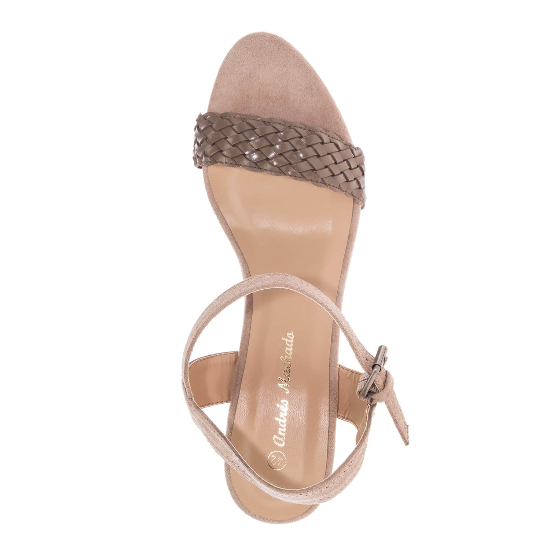 Páskové sandále na klínku. Celosemišové. Béžové.