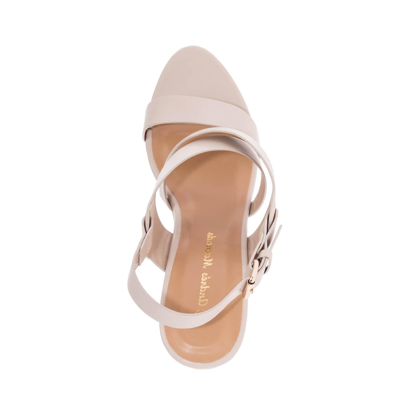 Páskové sandále na klínku. Béžová koženka.