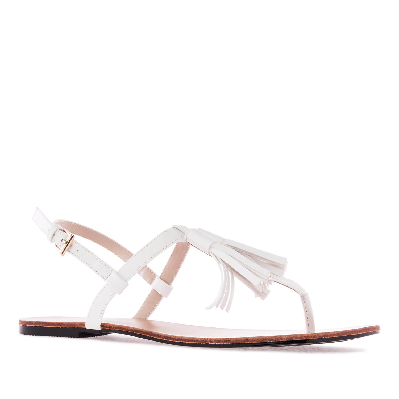 Ravne sandale sa kićankama, bele
