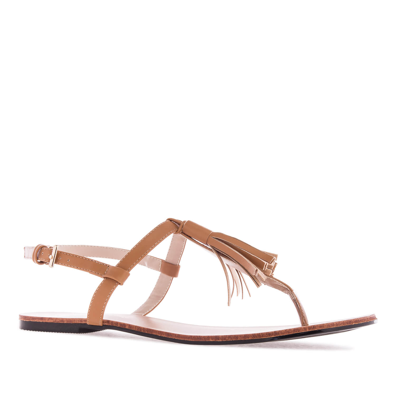 Ravne sandale sa kićankama, braon