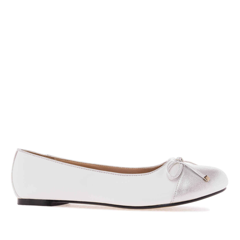 Dvoubarevné baleríny s mašlí. Bílá, stříbrná.