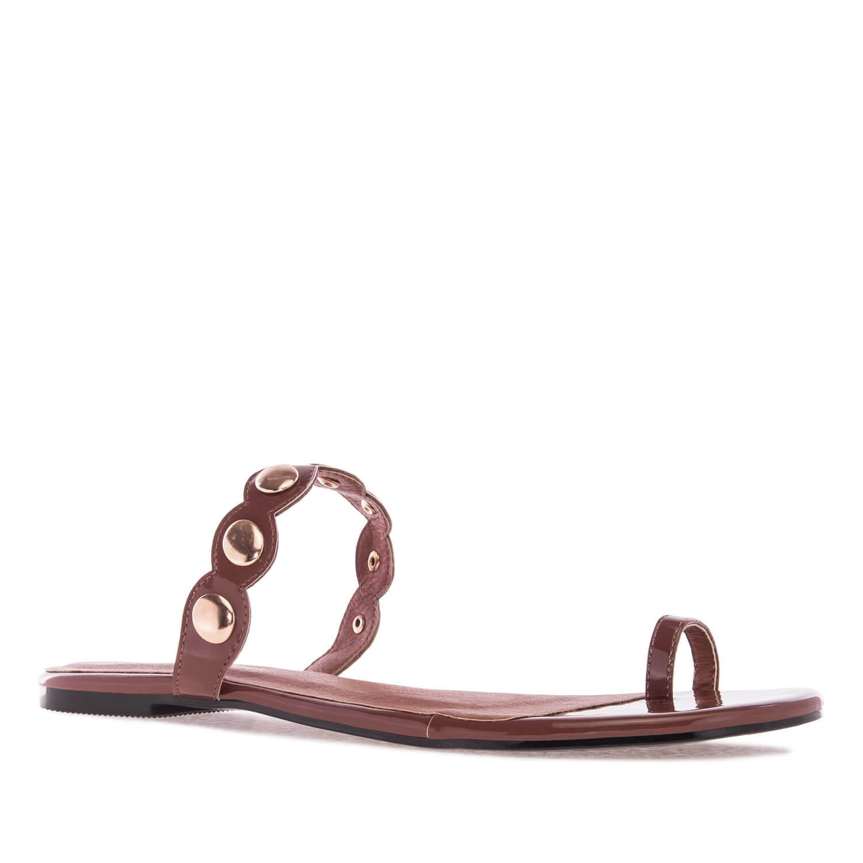 Ravne sandale sa ukrasnim nitnama, braon