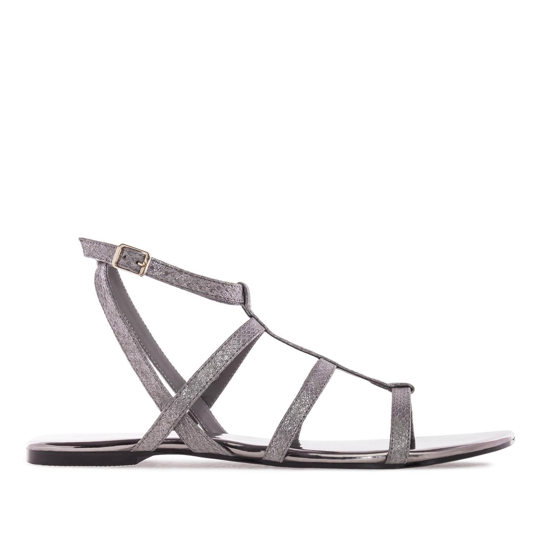 Harmaat sandaalit käärmekuvioinnilla