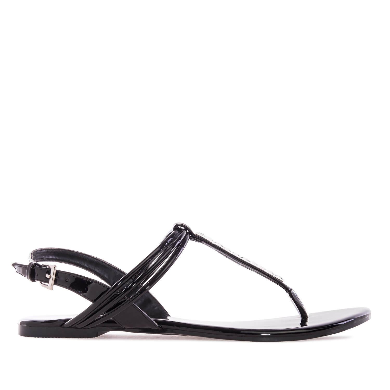 Mustat T-remmi sandaalit.