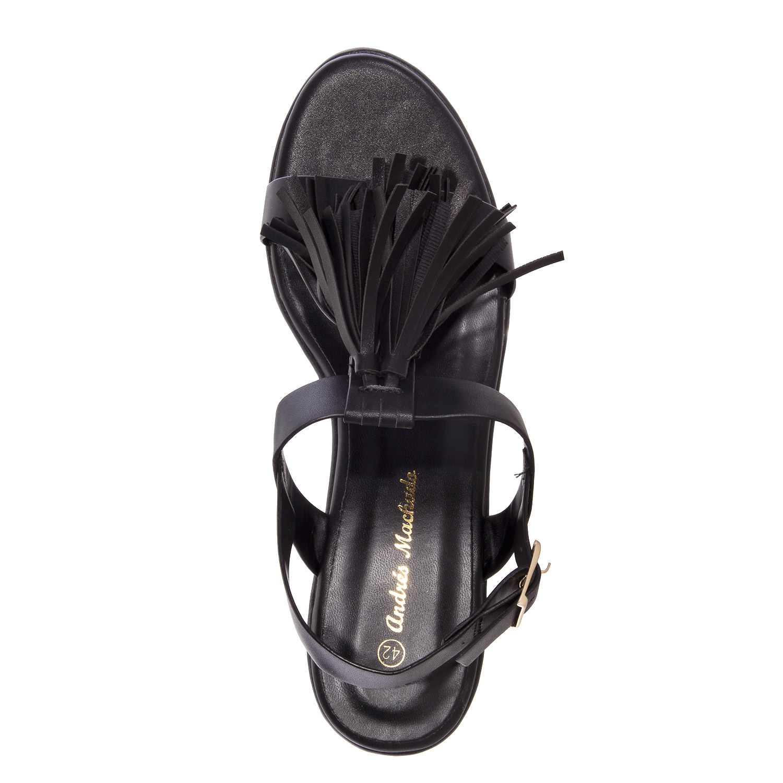 Páskové sandále na platformě. Střapce. Černé.