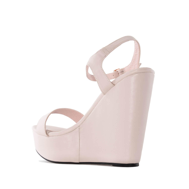 Jednoduché páskové sandále na vysokém klínu. Béžové.