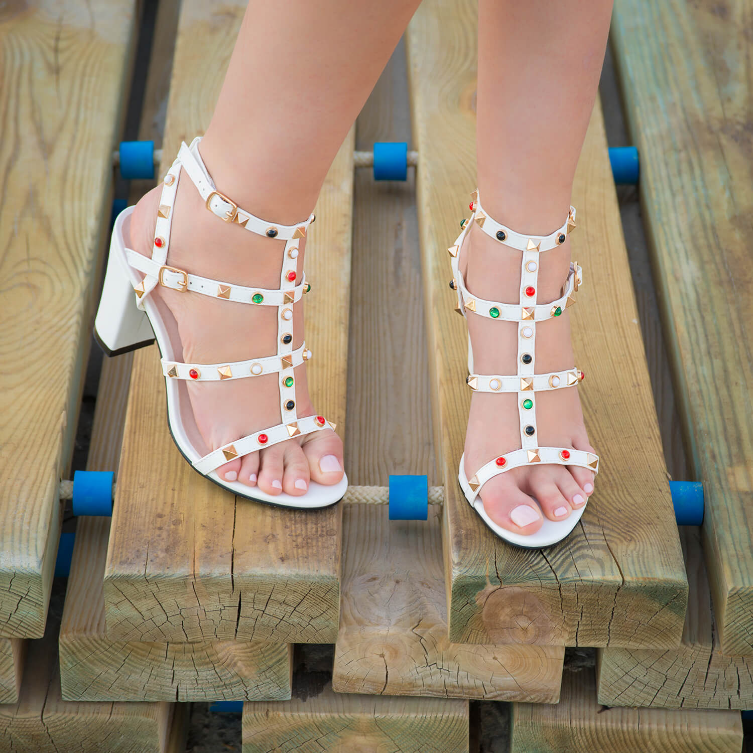 Sandalias en soft de color blanco con remaches.