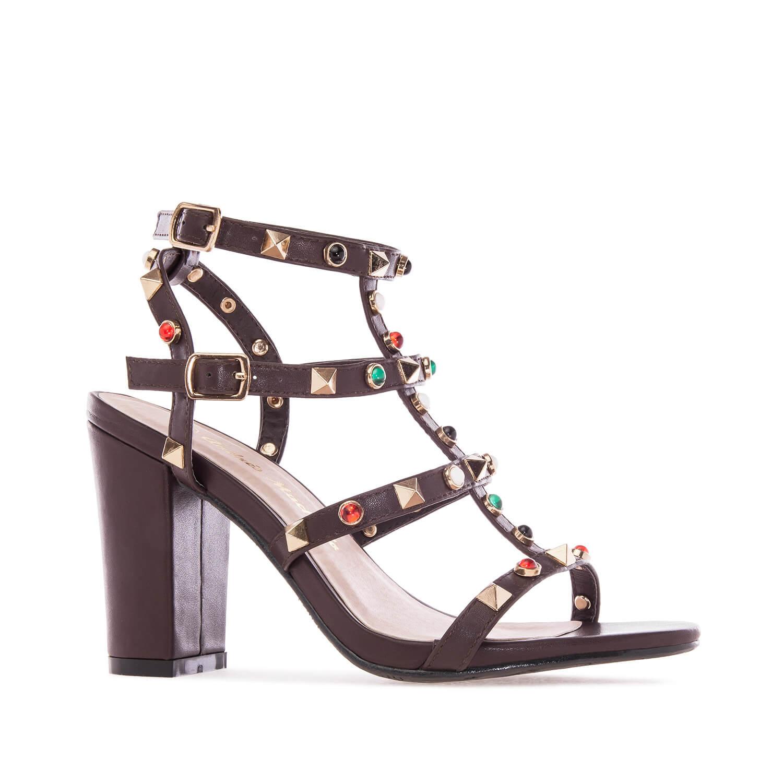 Extravagantní páskové sandále s cvočky a kamínky. Hnědé.