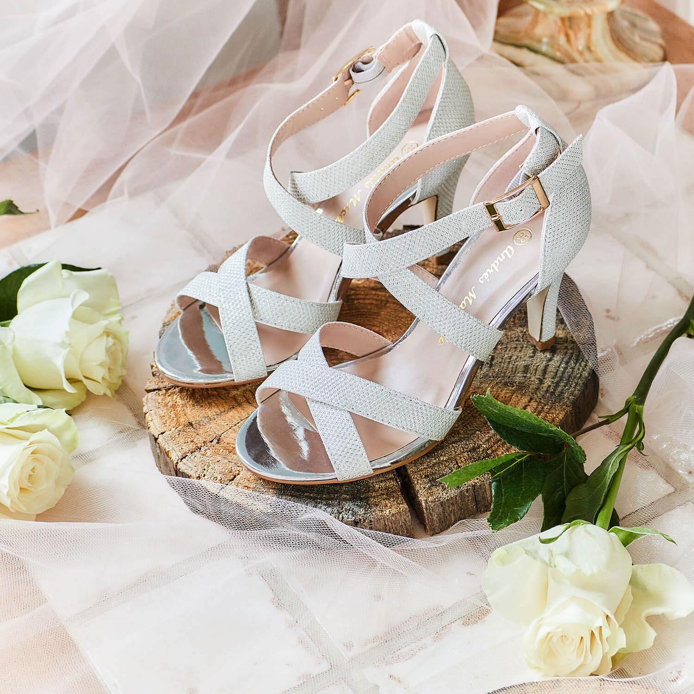 Sandále páskové na podpatku. Třpytivá stříbrná.