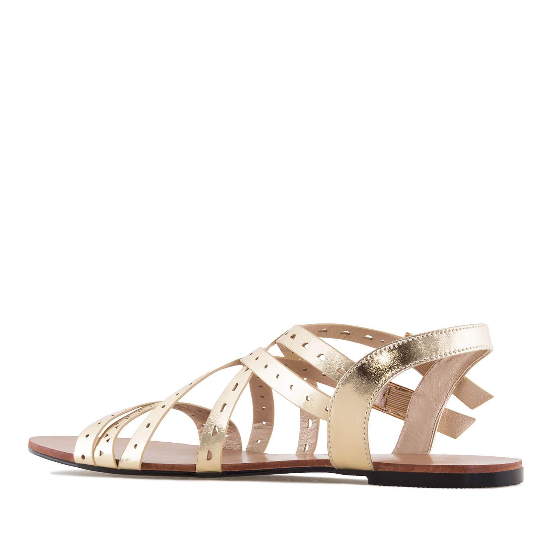 Kultaiset roomalais- tyyliset sandaalit.