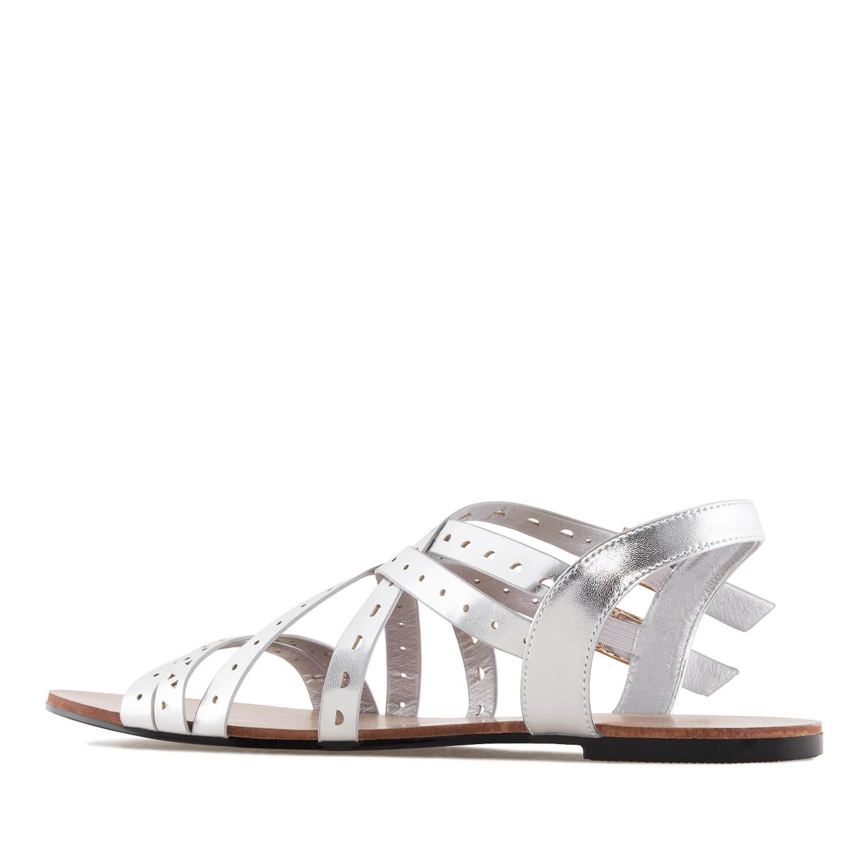Hopeat roomalais- tyyliset sandaalit.