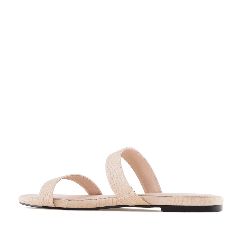 Beiget käärmekuvioiset sandaalit.