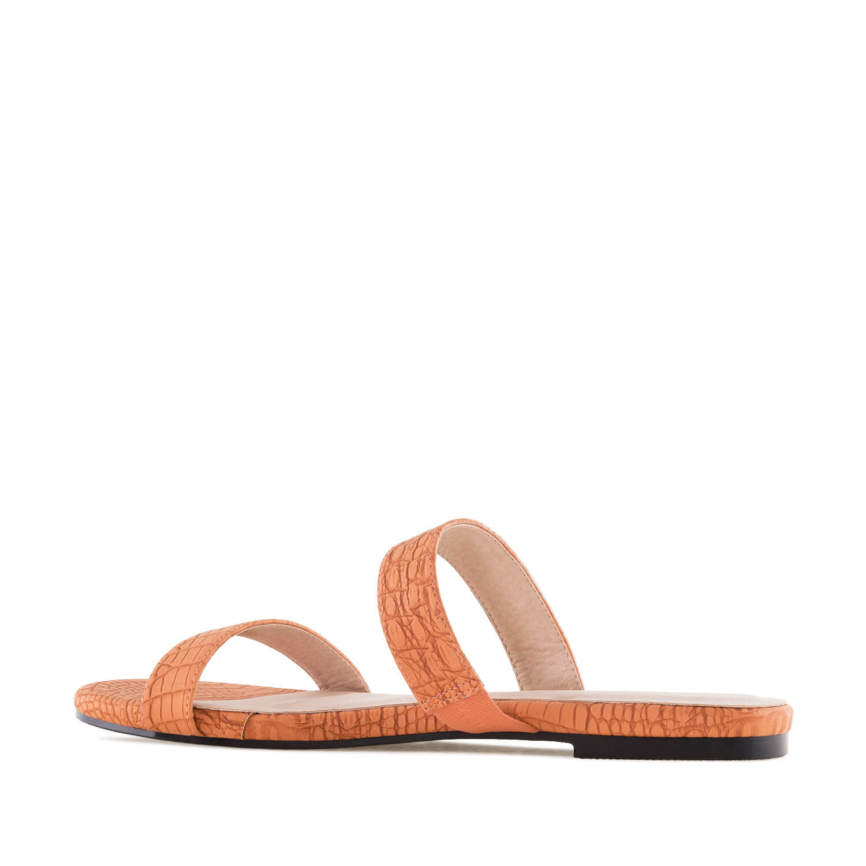 Oranssit käärmekuvioiset sandaalit.