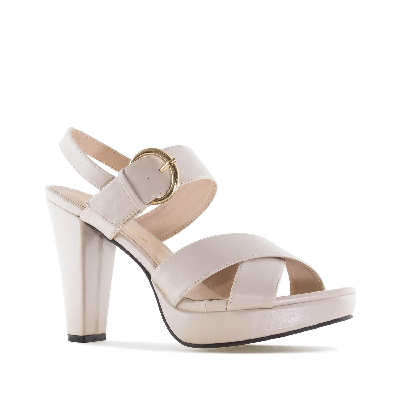 Sandále na podpatku, široké pásky. Béžové.